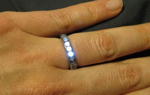 Un anillo de compromiso que brilla con luz propia