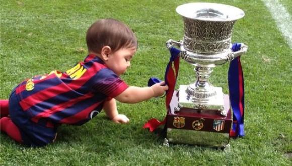 Hijo de Shakira posa con la Supercopa