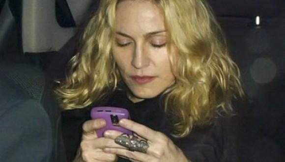 Madonna es vetada en salas de cine por abusar del celular