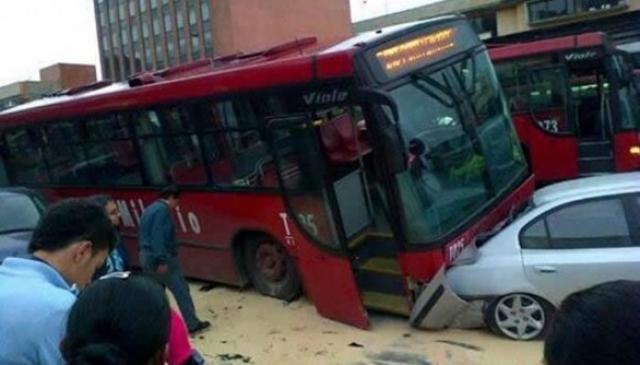 Aparatoso accidente de Transmilenio en Bogotá