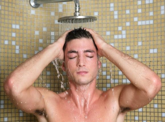 hombre-exitado-baño