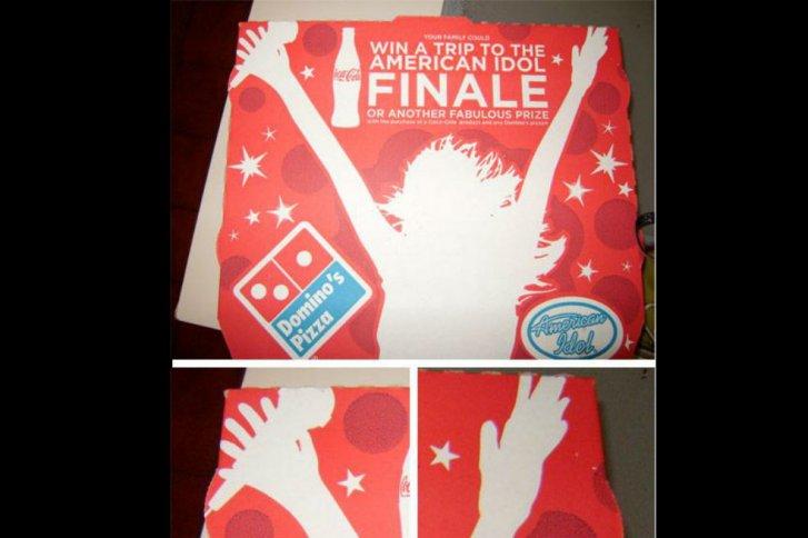 Caja de Domino's en la que aparece una mujer con seis dedos... en ambas manos.