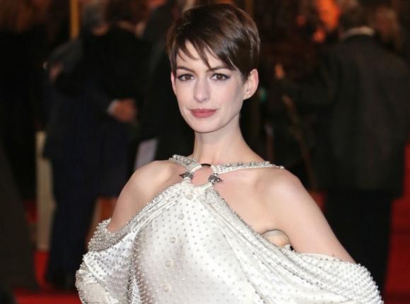 Anne Hathaway apuesta por colores bu00e1sicos