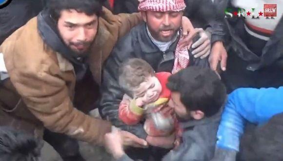 Video: Niña es desenterrada tras un bombardeo en Siria