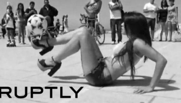 Modelo argentina hace magia con el balón