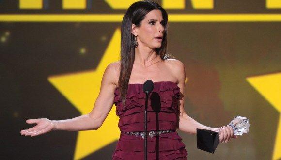 Sandra Bullock deja salir palabrota en el Critic's Choice
