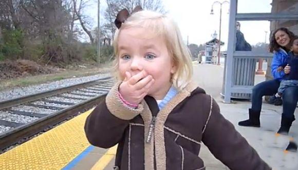 Bebé se emociona al ver por primera vez un tren