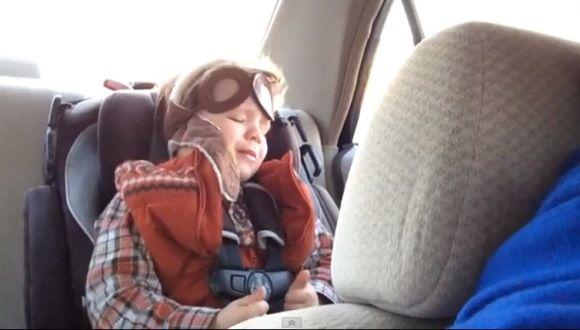 Niño de 4 años llora escuchando una canción emotiva