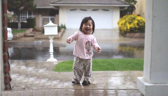 Para Kayden la felicidad es la lluvia