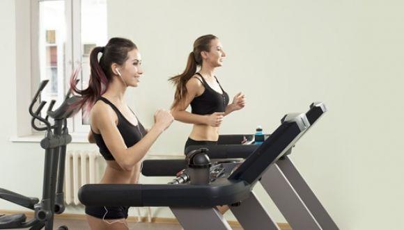 ¿Qué es mejor para entrenar peso libre o máquinas?