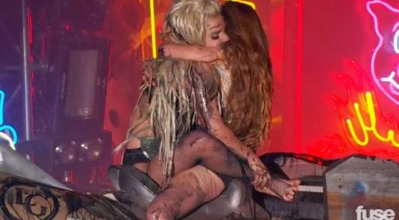 Vomitan a Lady Gaga en pleno concierto (video)