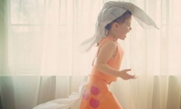 ¡Niña de 4 años diseñadora de vestidos de papel!