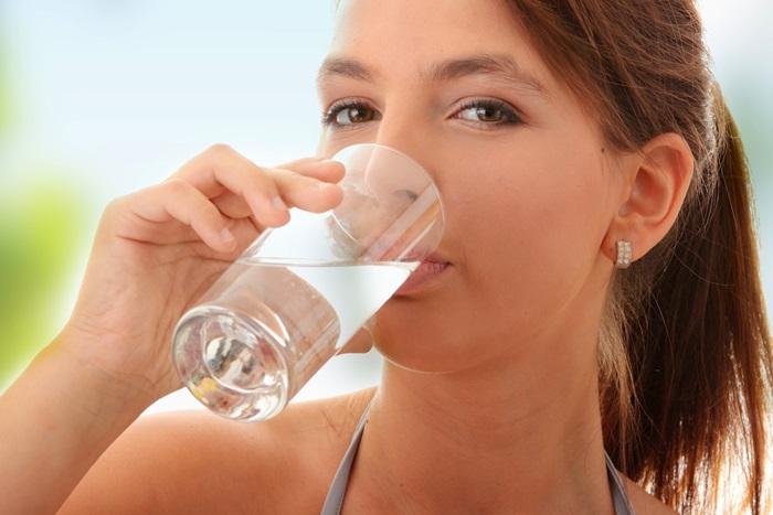 mujer-bebiendo-agua-cola-de-caballo-vaso