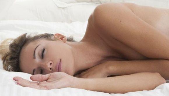 ¡Dormir desnuda tiene grandes beneficios!