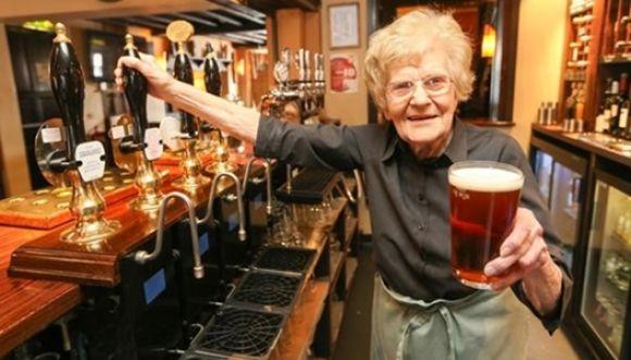 ¿Te apetece una cerveza de la barman más longeva del mundo?