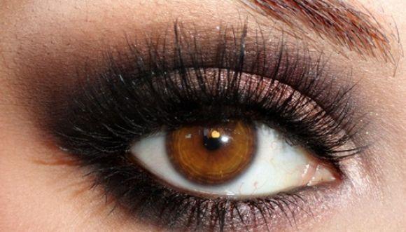 Maquilla tus ojos color marrón así: