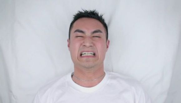 Hombres experimentan dolor de la depilación con cera