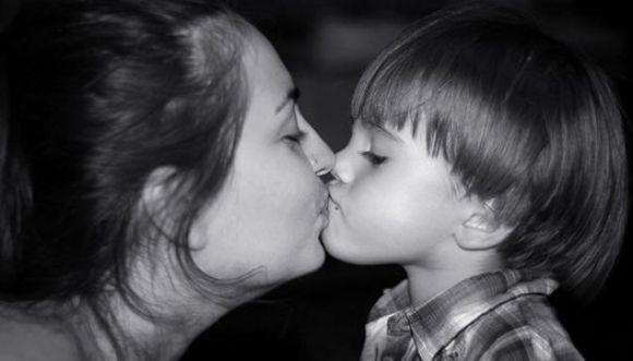 No le des besos a tus hijos en la boca