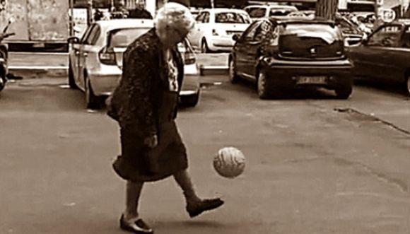 """El """"toque-toque"""" de la abuelita futbolera"""