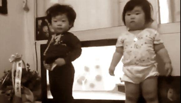 Curiosos bebés coreanos bailando