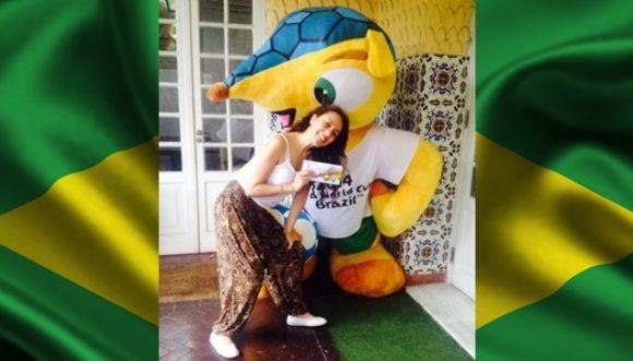 """Karen juega un """"picadito"""" en Brasil"""