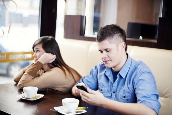 Razones por las que no debes husmear el celular de tu pareja