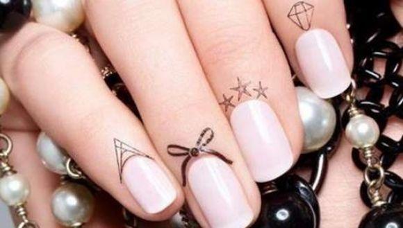 Tendencia para uñas: tatuajes en las cutículas