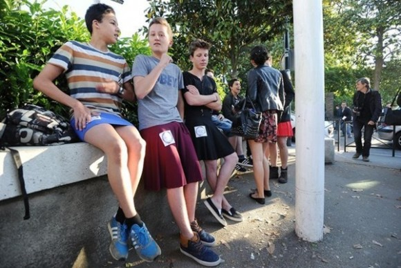 Estudiantes franceses van al colegio en falda