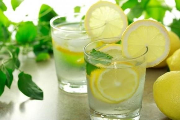 10 ventajas de tomar agua con limón