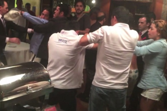Colombianos en Brasil arman tremenda pelea