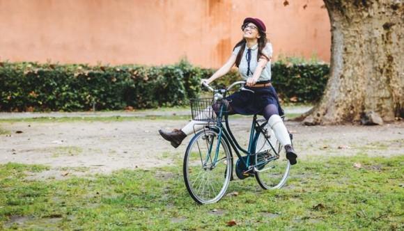 Truco para montar bicicleta con falda