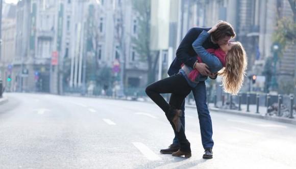 Prohibido besarse en la calle en estas ciudades