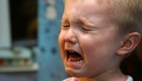 Video: niño llora porque no quiere ser vacunado