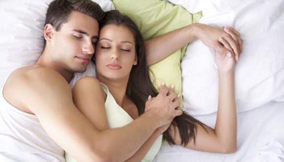 """Los beneficios de dormir en """"cucharita"""""""