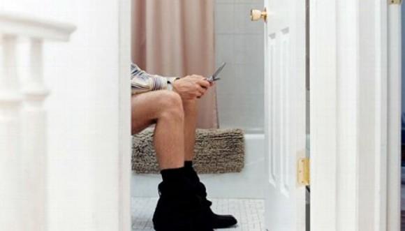 Riesgo de chatear en el baño