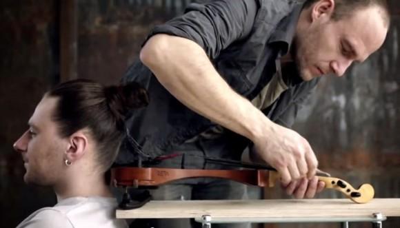 Video: músico tocó violín con el cabello de un hombre
