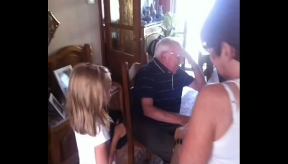 Un abuelo se emociona con este tierno regalo (video)
