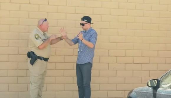 Mago desaparece marihuana frente a un policía (video)
