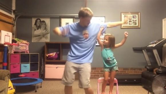 Así se divierten un padre y su hija (video)