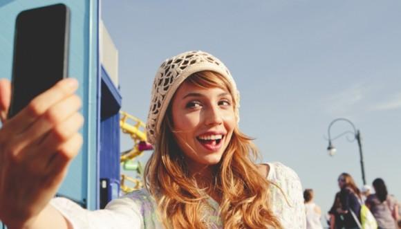 ¿Cuál selfie de estas estrellas te parece menos natural?