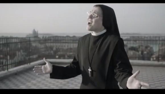 Sor Cristina interpreta Like a Virgin de Madonna