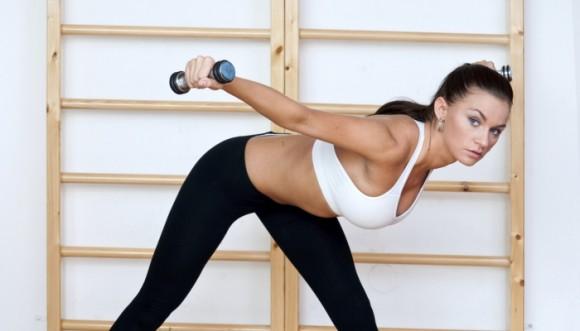 Abdominales de pie con pesas para bajar barriga