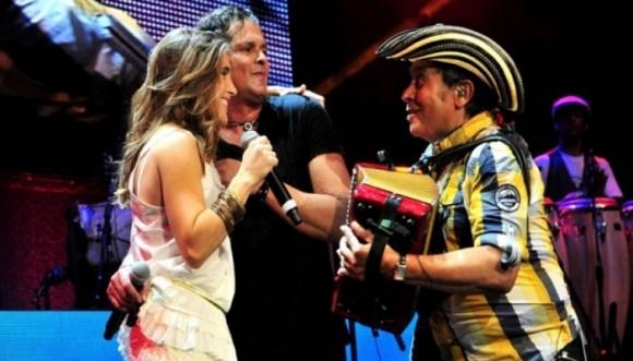 Vives canta a dúo con una artista de Argentina