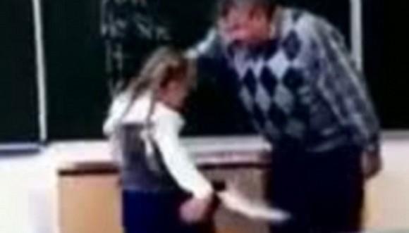 El profesor la insultó y ella lo pateó