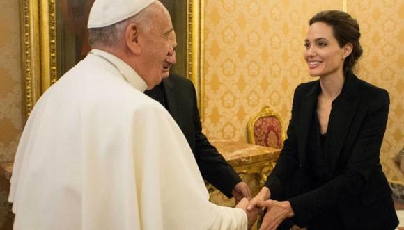 Angelina Jolie fue a cine con el papa Francisco