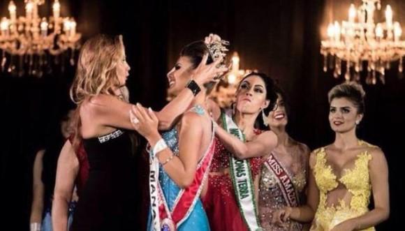 Reina indignada rompió la corona de la que ganó