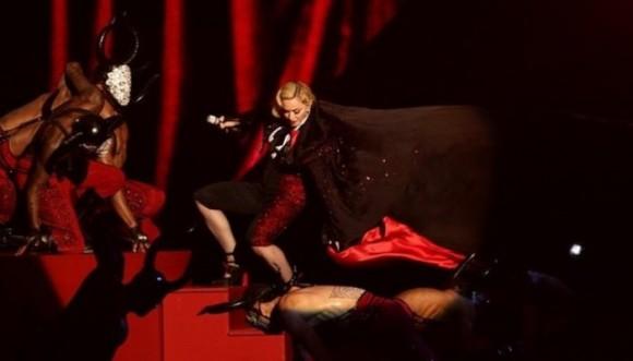 Aparatosa caída de Madonna en los Brit