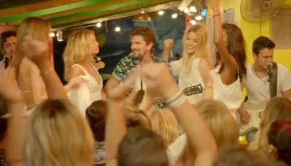 Mira a Juanes acompañado de los ángeles de Victoria Secret