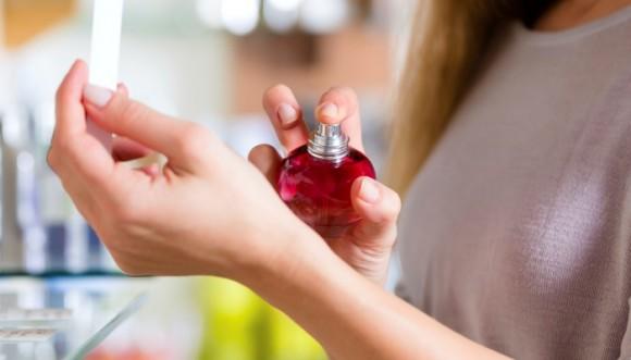 Trucos para que tu perfume dure más en tu piel