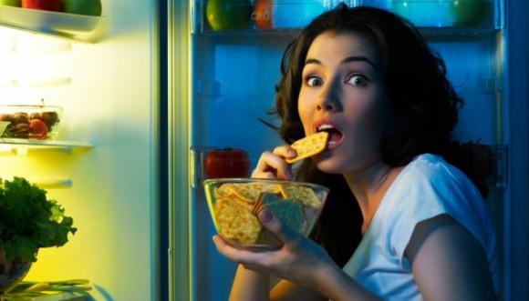 Evita alimentarte tarde en la noche